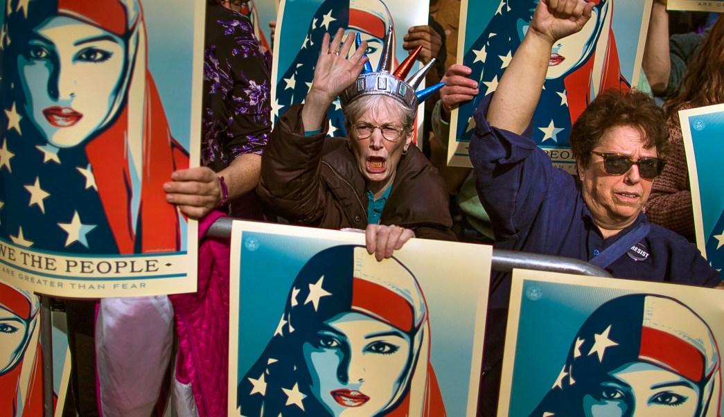 Mujeres protestan contra veto migratorio de Donald Trump en Estados Unidos