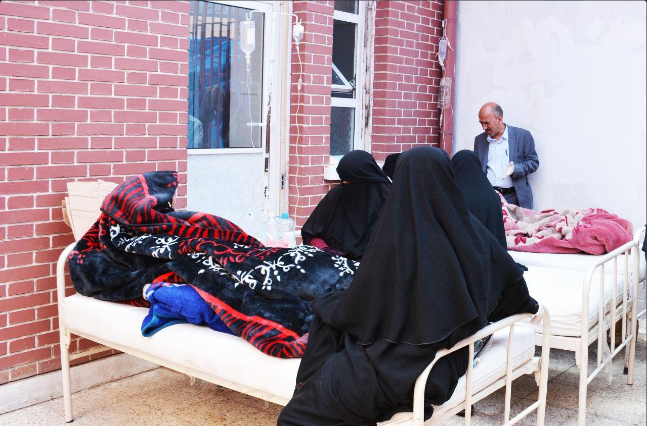 Mujeres yemenies cuidan a un enfermo de colera