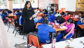 Maestra imaprte clases en una escuela de la cdmx