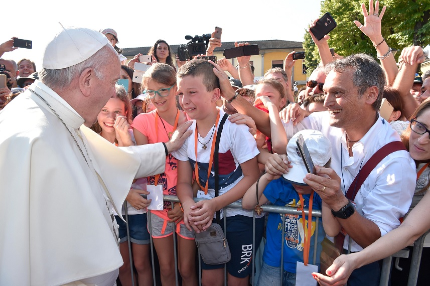 El papa Francisco saluda a los niños del norte de Italia (Reuters)