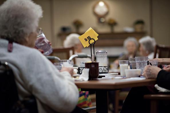 Un grupo de ancianos desayunan en un asilo