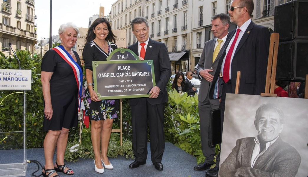 El presidente colombiano, Juan Manuel Santos, junto a la alcaldesa de París, Ana Hidalgo (EFE)