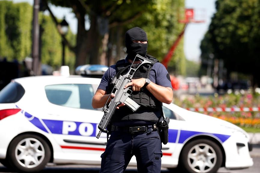 Un policía francés asegura el área en la avenida de los Campos Elíseos después de un incidente en París (Reuters)