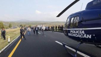 Policia de Michoacán apoya tras volcadura de vehículo oficial