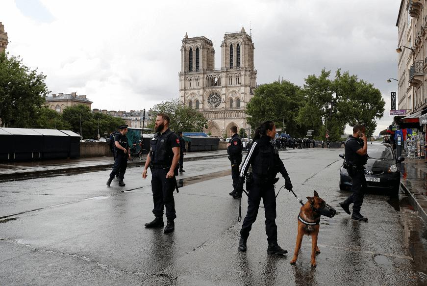 Policías de París vigilan los alrededores de la catedral de Notre Dame tras incidente