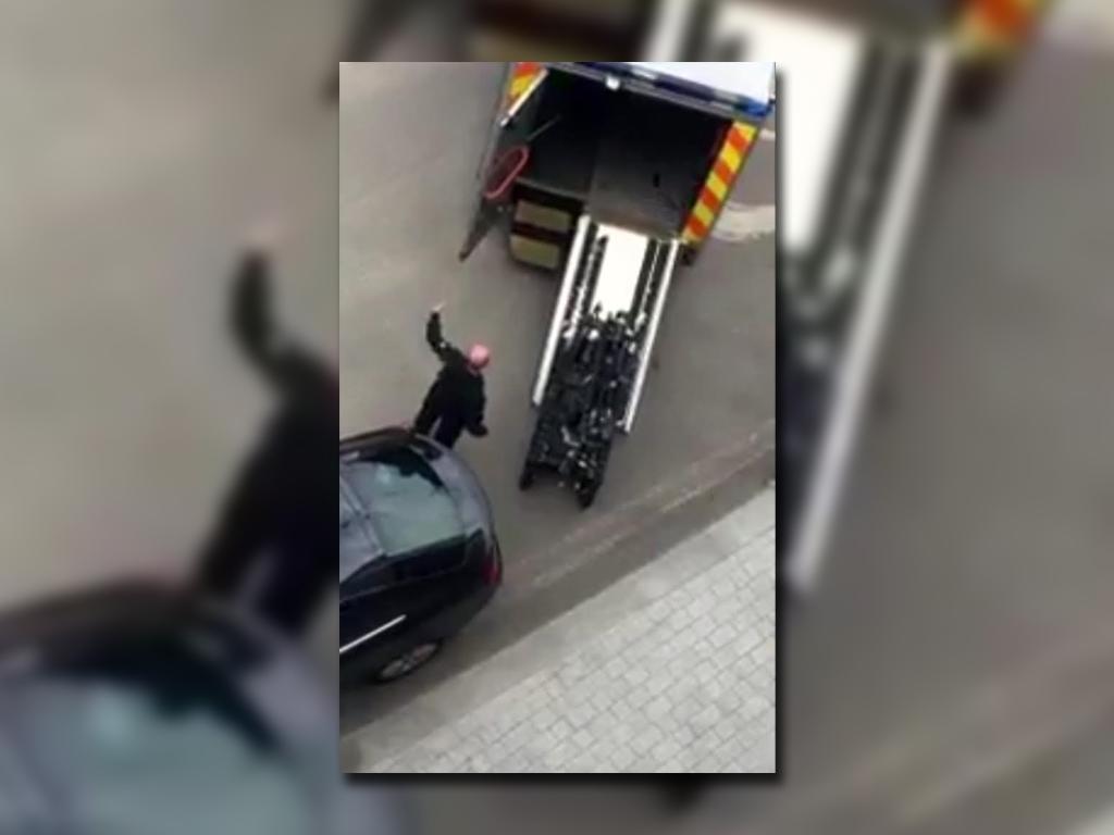 La Policía hizo explotar dos autos sospechosos — Londres