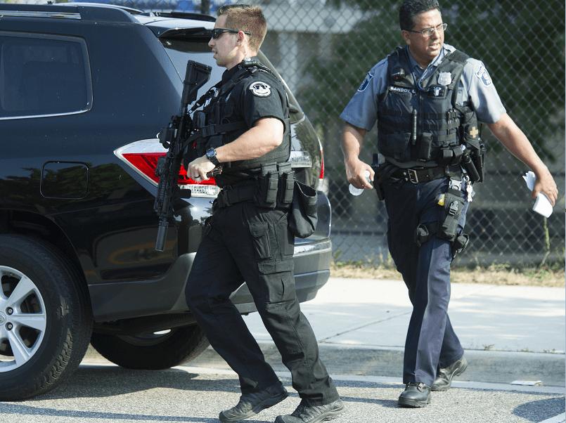 Policías llegan al área donde se produjo el tiroteo en un campo de béisbol