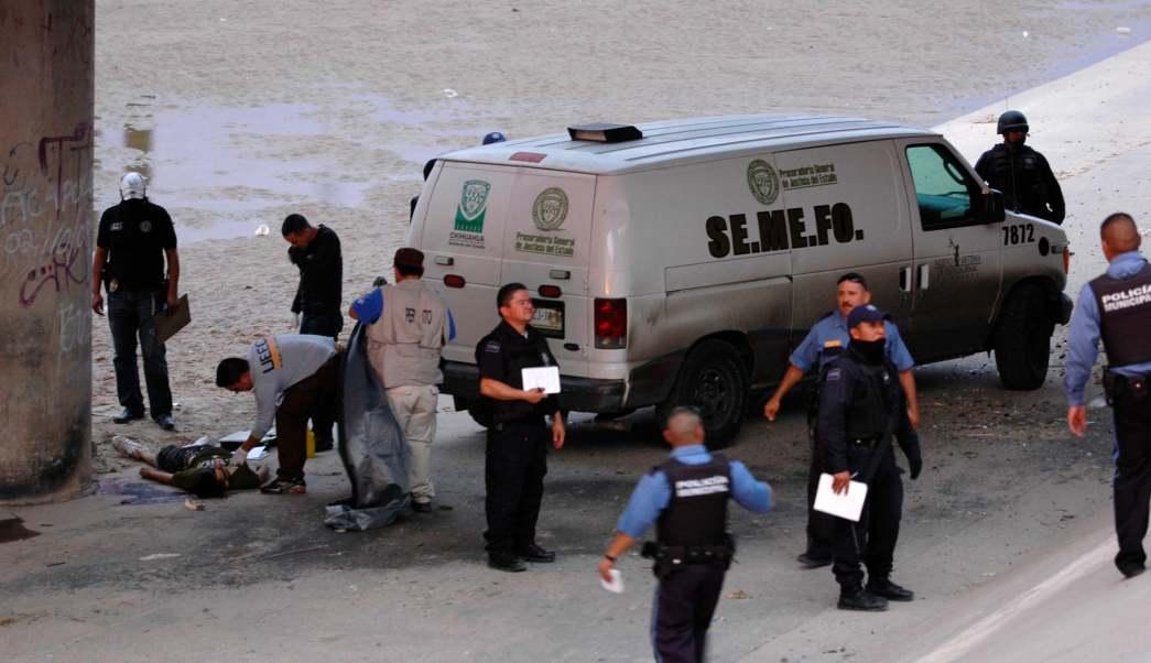 Policias mexicanos resguardan el cuerpo de Sergio Adrián Hernández Guereca