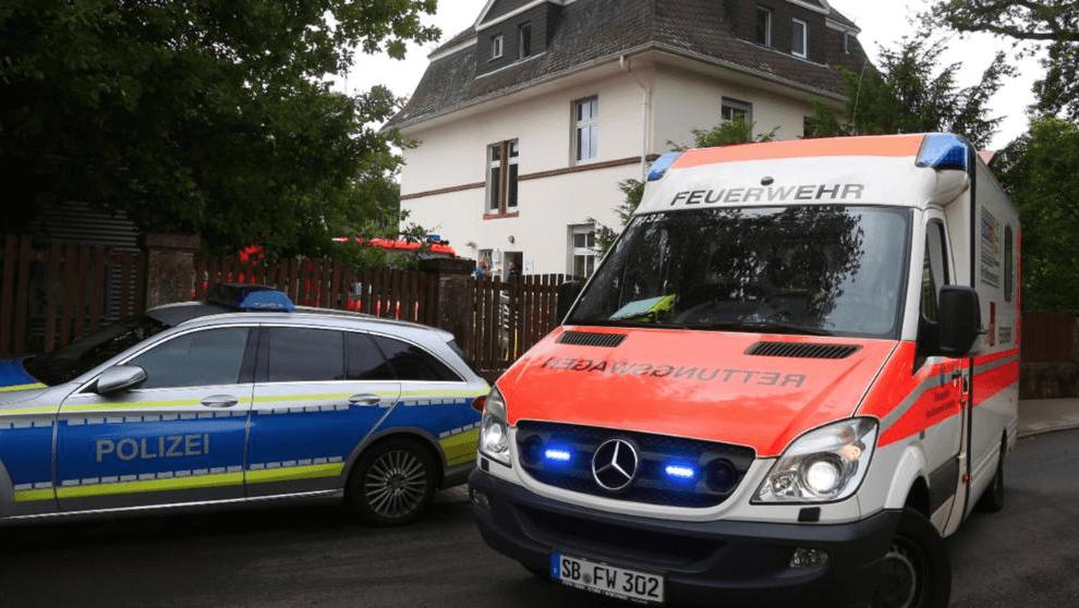 Policías y una ambulancia acudieron al lugar donde el refugiado sirio atacó al consultor