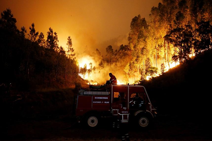 Bomberos trabajan para apagar un incendio forestal cerca de Bouca, en el centro de Portugal (Reuters)