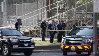 Agentes investigan la escena de un tiroteo cerca de un campo de béisbol en Alejandría, Virginia (AP)