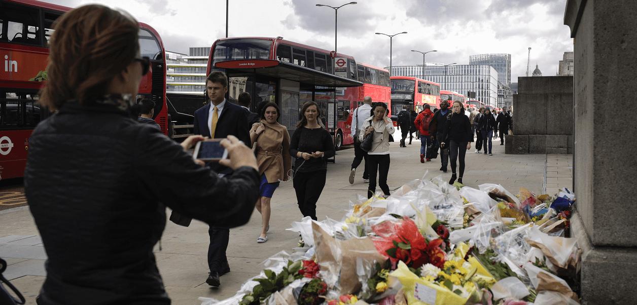 Ramos de flores lucen enel Puente de Londres, en honor a las víctimas del atentado del sábado