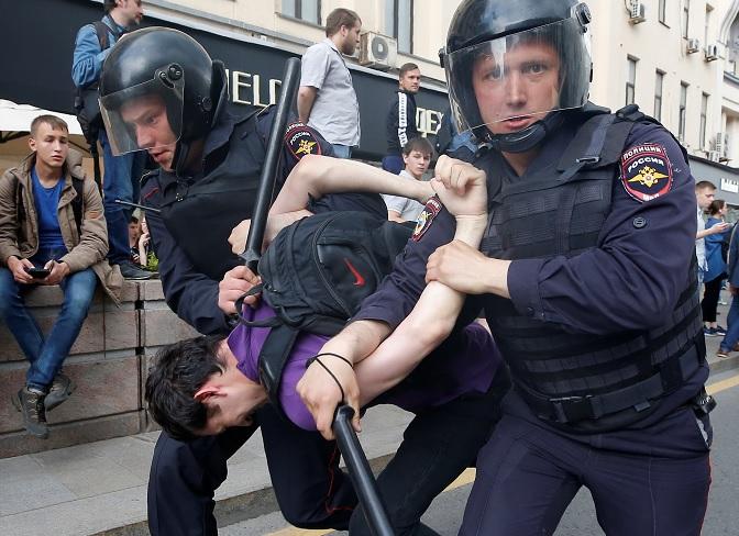 La policía antidisturbios detiene a un hombre durante una protesta contra la corrupción en el centro de Moscú (Reuters)