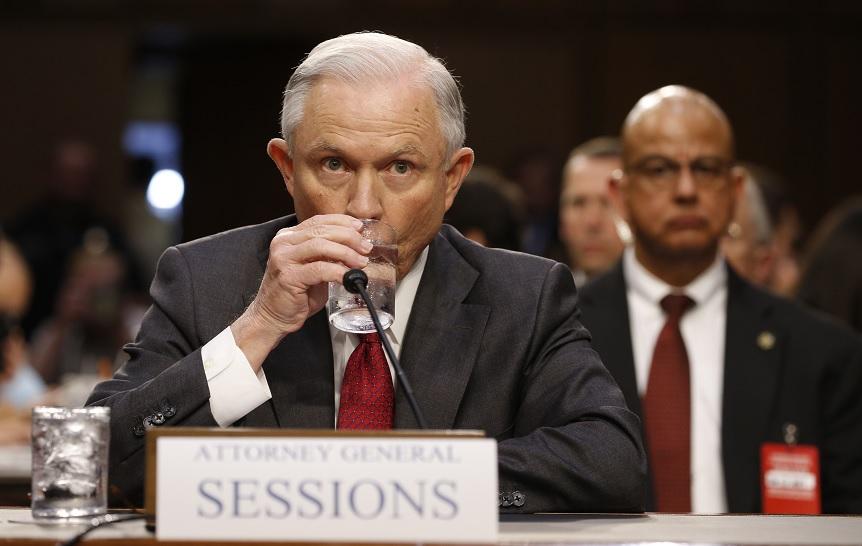 El procurador General de EU, Jeff Sessions, toma una copa de agua antes de testificar ante una audiencia del Comité de Inteligencia del Senado en Capitol Hill en Washington (Reuters)