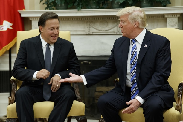 Donald Trump intenta estrechar la mano de su homólogo de Panamá, Juan Carlos Varela, en la Oficina Oval en la Casa Blanca (AP)