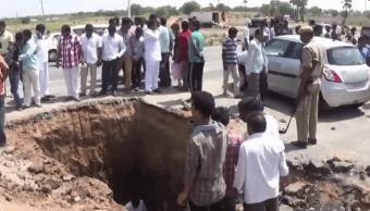 Un enorme socavón fue abierto en una autopista de la India en busca de una reliquia del dios Shiva