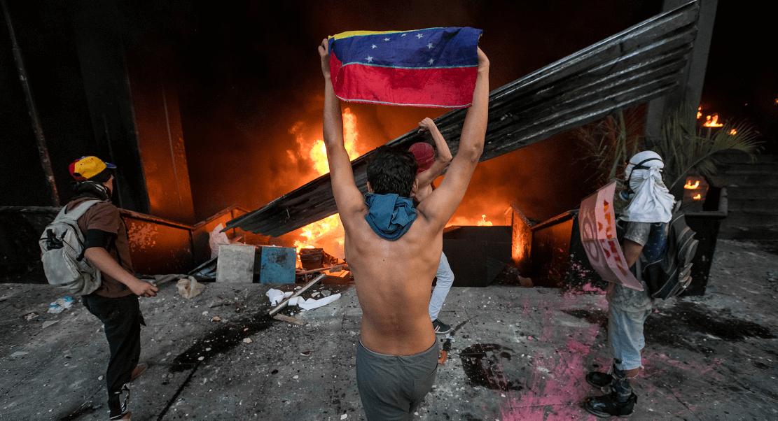 Un grupo de encapuchados prende fuego a la Dirección Ejecutiva de la Magistratura del Tribunal Supremo de Venezuela