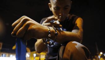 Un joven se inyecta heroína en el brazo, en Colombia