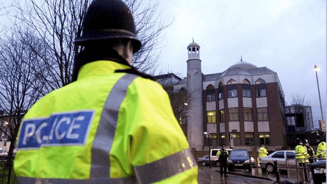 Un policia britanico vigila una mezquita en Londres