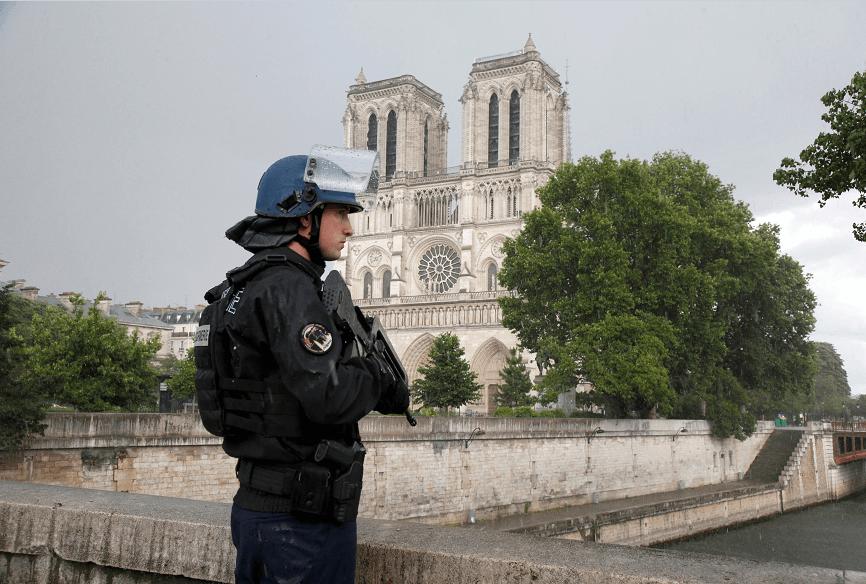 Un policía vigila los alrededores de la catedral de Notre Dame en París