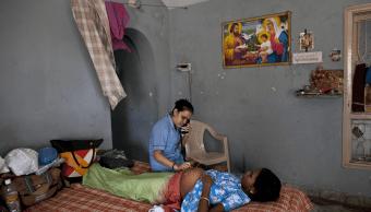 Una enfermera revisa a una mujer embarazada en la India