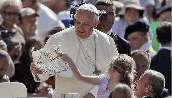 El papa Francisco saluda a una nina en el Vaticano