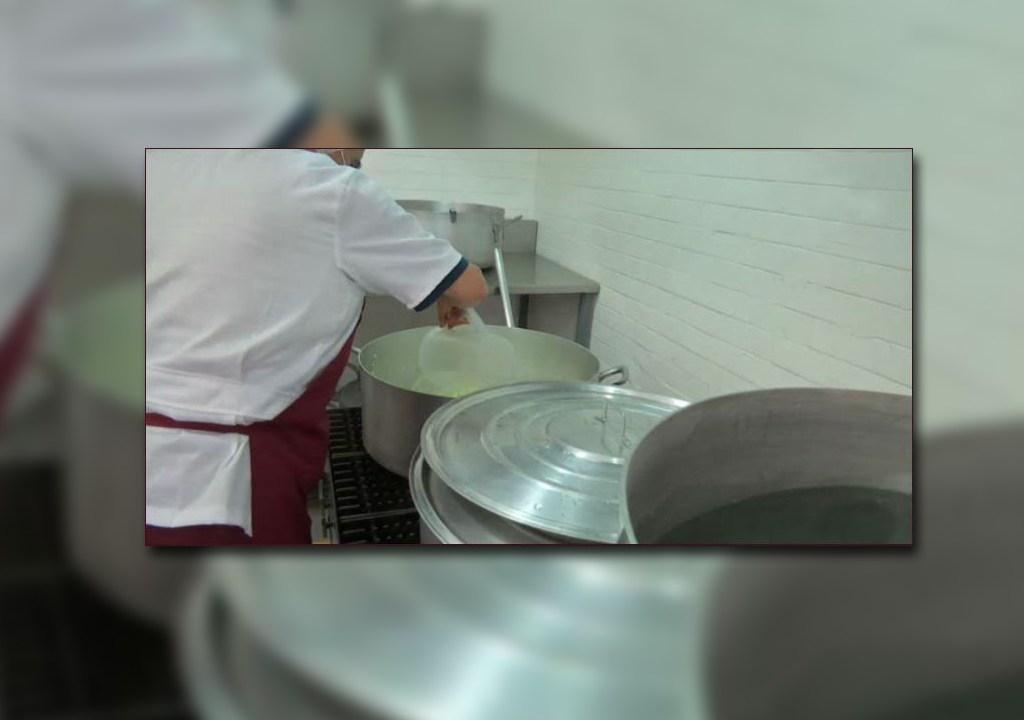 Una cocinera ayuda a preparar alimentos en el torito