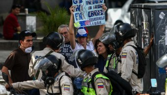 Oficiales de la Policía Nacional Bolivariana durante una protesta en Venezuela (EFE)