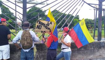 Manifestantes derriban cerca de base aérea en Venezuela