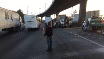 Caja de trailer vuelca sobre la autopista mexico queretaro