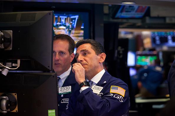Operadores revisan el desarrollo de las acciones en Wall Street