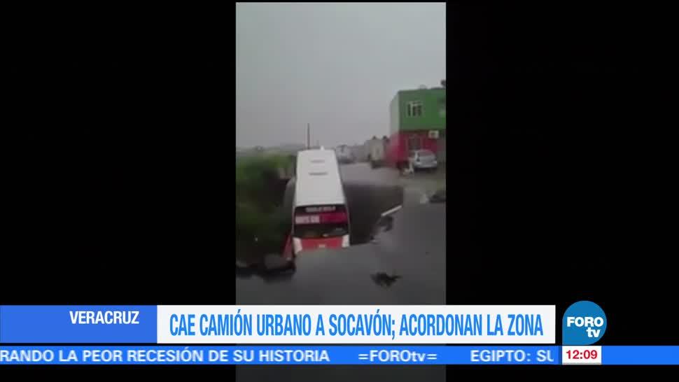 Camión de pasajeros, cae en socavón, lluvias, Veracruz