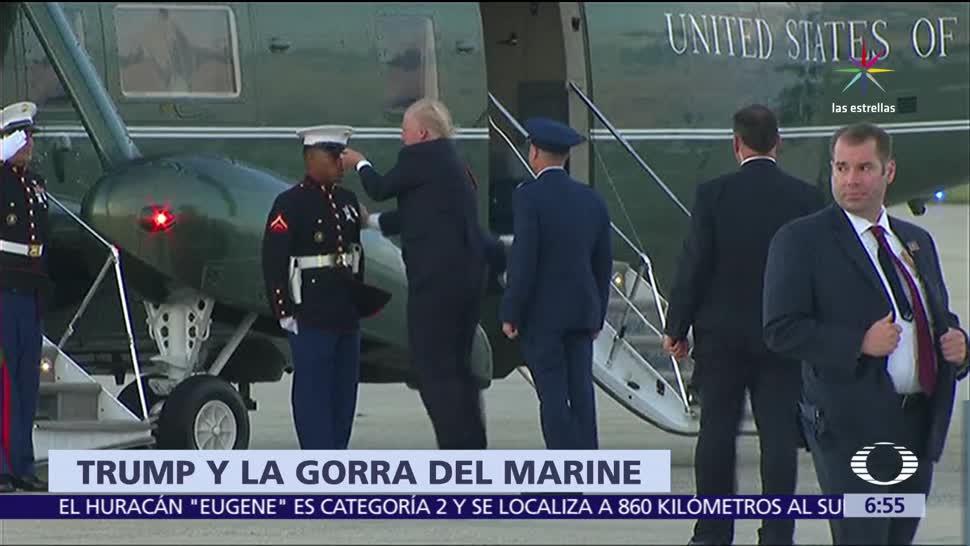 Donald Trump, gorra, marine, viento