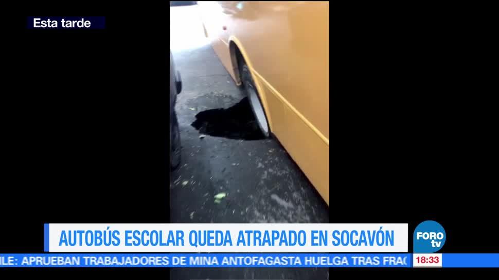 Autobús escolar, queda atrapado, socavón, CDMX