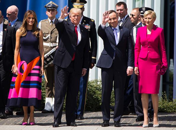 Trump es ignorado por Primera Dama en Polonia