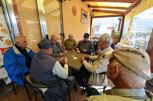 Un grupo de adultos mayores juega cartas