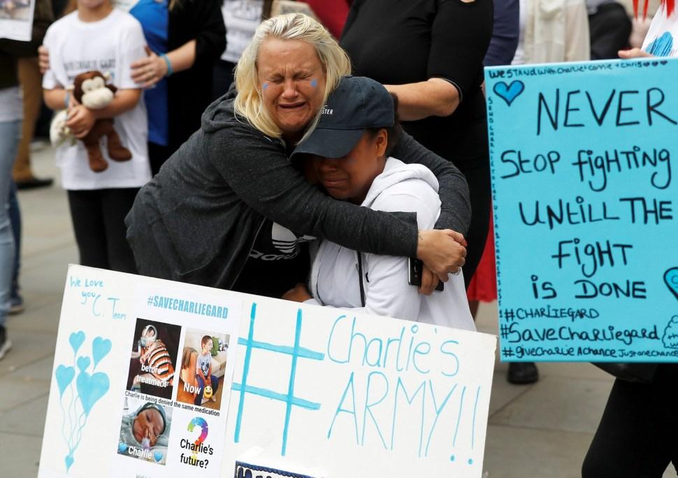 Afuera de la Alta Corte, quienes apoyan a Charlie demostraron su tristeza