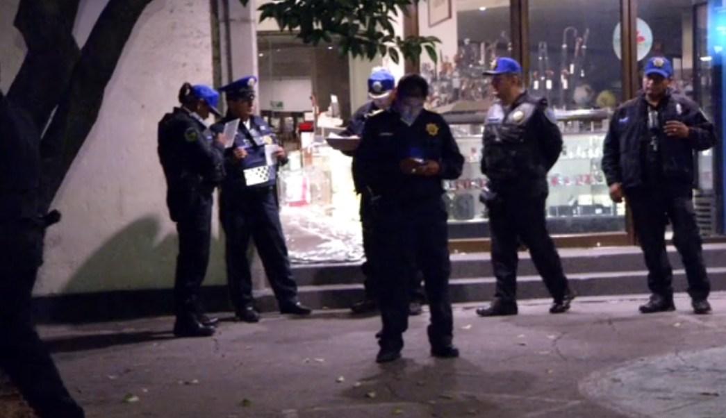 Policías investigan el asalto a local de celulares