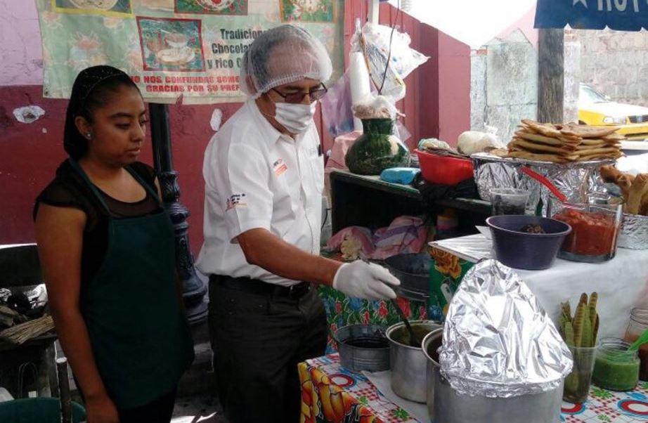 Autoridades sanitarias de Oaxaca revisan alimentos durante la guelaguetza
