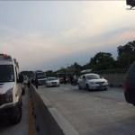 vehiculos y autobuses cruzan por el paso express