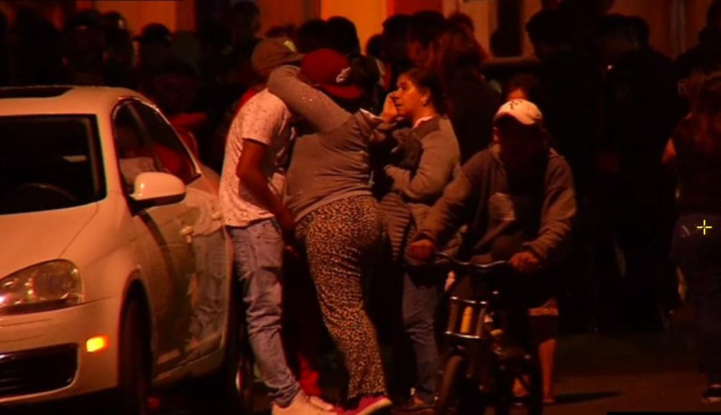 familiares de baleado reconocen el cadaver sobre la calle