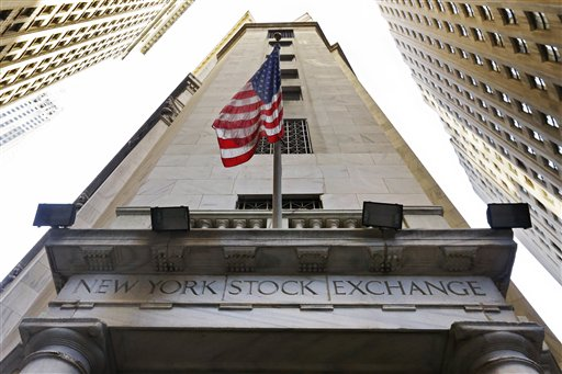 Bandera de EU en la entrada de la Bolsa de NY