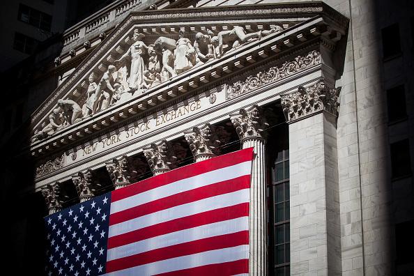 Bandera estadounidense se exhibe fuera de la Bolsa de Nueva York