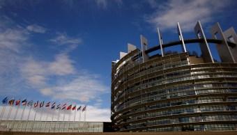 Banderas de la Unión Europea ondean frente al edificio del Parlamento Europeo