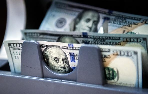 Billetes de 100 dolares estadounidenses a través de maquina de contar