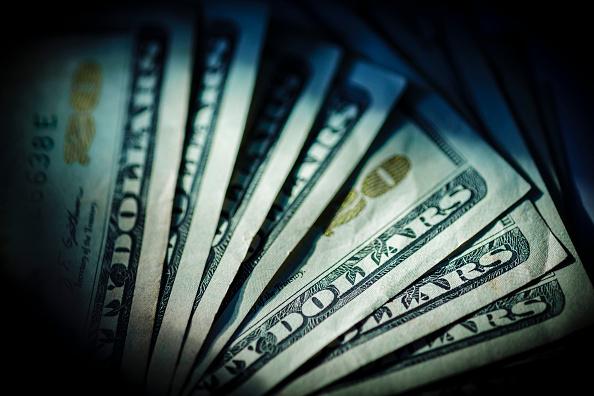 Billetes de dólar recostados sobre mesa