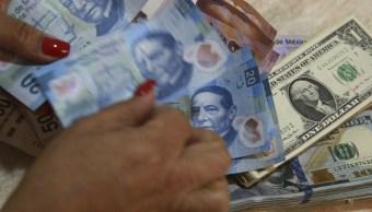 Billetes mexicanos y dólares estadounidenses. en casa de cambio