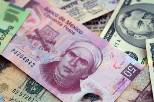 Billetes mexicanos y dólares de Estados Unidos