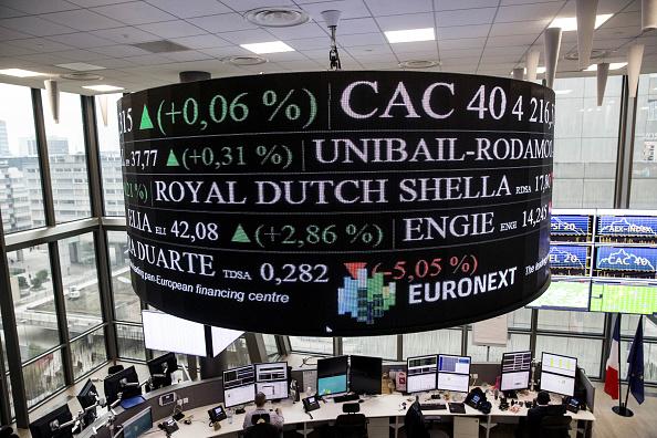 Tablero electrónico con resultados de la Bolsa de París
