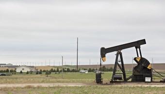 Bomba de petroleo en campo de Kansas, en EU